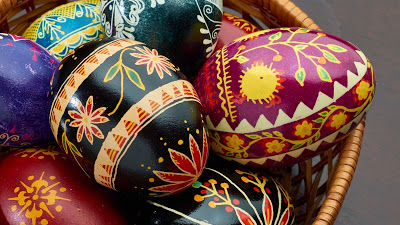 Wallpaper free colorful easter eggs in basket+ Download Wallpapers